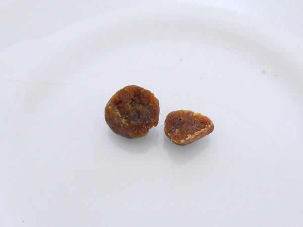 にんにく玉ゴールドの丸薬の断面写真