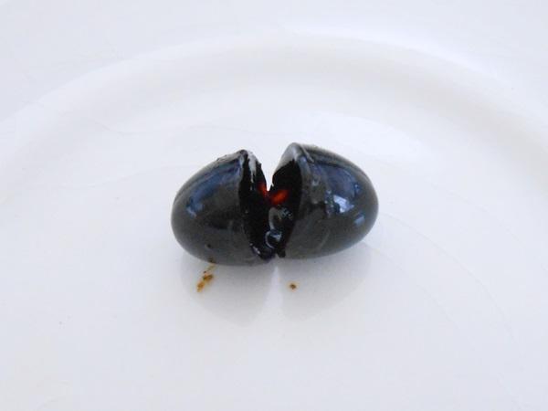 花菜の三黒の美酢をカプセルを切る