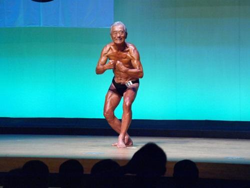 健康家族伝統にんにく卵黄のCMに出演した筋肉おじいさんの秋元綱介